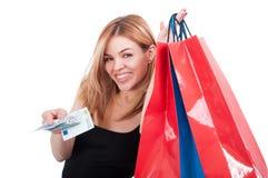 Портрет радостной девушки давая вам деньги Стоковая Фотография RF