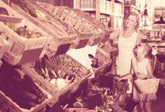 Портрет радостных взрослой покупок женщины и девушки Стоковое фото RF
