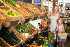 Портрет радостных взрослой покупок женщины и девушки Стоковое Фото