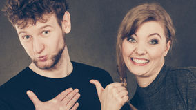 Портрет радостных пар указывая к человеку Стоковая Фотография RF