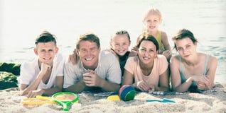 Портрет радостных людей семьи из шести человек на пляже Стоковые Изображения RF
