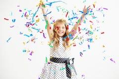Портрет ребенка бросает вверх пестротканые сусаль и confetti Стоковые Изображения