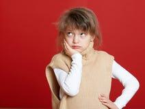 Портрет ребенка девушки на красном цвете, концепции зимнего отдыха Стоковое Фото