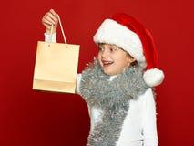 Портрет ребенка девушки на красном цвете, концепции зимнего отдыха Стоковое Изображение RF