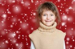 Портрет ребенка девушки на красном цвете, концепции зимнего отдыха Стоковая Фотография