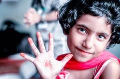 Портрет ребенка девушки показывая ладонь Стоковая Фотография