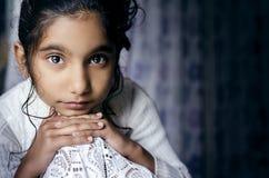 Портрет ребенка девушки представляя для камеры Стоковые Изображения