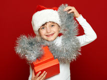 Портрет ребенка девушки с подарочной коробкой на красном цвете, концепции праздника рождества Стоковая Фотография RF