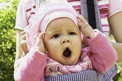 портрет ребенка зевая Стоковая Фотография