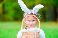 Портрет ребенк с busket пасхи с яичками внешними Стоковые Фото