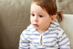 Портрет ребёнка сидя на софе дома Стоковые Фото