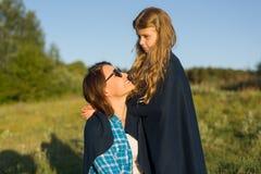 Портрет родителя и ребенка Мать обнимает ее маленькую дочь Стоковые Изображения RF