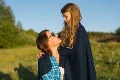 Портрет родителя и ребенка Мать обнимает ее маленькую дочь Предпосылка природы, сельский ландшафт, зеленый луг, Стоковое фото RF