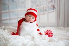 Портрет рождества милого маленького newborn ребёнка, носить sant стоковое изображение rf