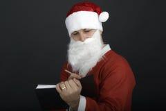 Портрет рождества Санта Клауса писать список изолированный над a Стоковое Изображение