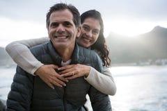 Портрет романтичного одина другого обнимать пар на пляже Стоковое Изображение RF