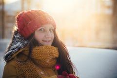 Портрет романтичной девушки на заходе солнца, восходе солнца, золоте в час на a Стоковое фото RF