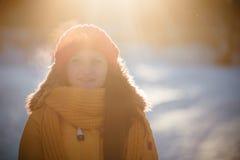 Портрет романтичной девушки на заходе солнца, восходе солнца, золоте в час на морозный зимний день Стоковое фото RF