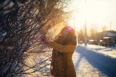 Портрет романтичной девушки на заходе солнца, восходе солнца, золоте в час на морозный зимний день Стоковые Фото