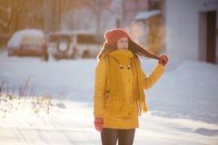 Портрет романтичной девушки на заходе солнца, восходе солнца, золоте в час на морозный зимний день Стоковая Фотография RF