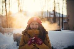 Портрет романтичной девушки на заходе солнца, восходе солнца, золоте в час на морозный зимний день Стоковые Изображения