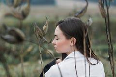 Портрет романтичной женщины в конце леса вверх по стороне снял ее назад стоковые изображения rf