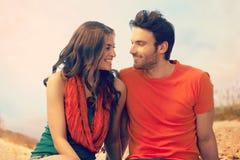 Портрет романтичных молодых пар на внешнем пляже стоковые фотографии rf