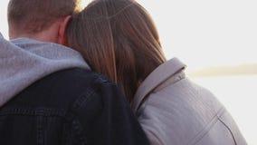 Портрет романтичных пар ослабляя на выравнивать озеро на заходе солнца акции видеоматериалы