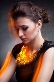 Портрет роскошной женщины в исключительных ювелирных изделиях Стоковое Фото