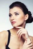 Портрет женщины в исключительных ювелирных изделиях на естественной предпосылке Стоковые Изображения RF