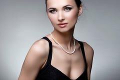 Портрет роскошной женщины в исключительных ювелирных изделиях на естественном backgro Стоковое Изображение RF