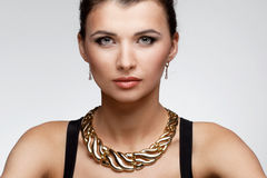 Портрет роскошной женщины в исключительных ювелирных изделиях на естественном backgro Стоковая Фотография RF