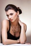Портрет роскошной женщины в исключительных ювелирных изделиях Стоковое Изображение