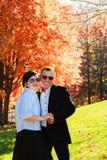 Портрет рубашек счастливых молодых пар нося имея потеху outdoors в парке стоковые изображения rf