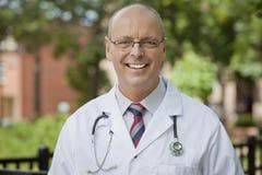 Портрет дружелюбного доктора Smiling На Камеры Стоковое Изображение RF