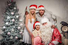 Портрет дружелюбной семьи на вечере рождества Стоковое Фото