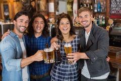 Портрет друзей меча стекла и бутылки пива в пабе Стоковое Изображение RF