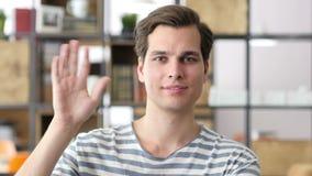 Портрет руки молодого расслабленного бизнесмена развевая к камере, дизайнеру видеоматериал
