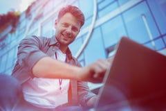 Портрет руководителя бизнеса используя компьтер-книжку Стоковое Фото
