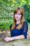 Портрет рыжеволосого девочка-подростка в лесе Стоковое Изображение RF
