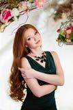 Портрет рыжеволосой девушки с длинными волосами в зеленом платье Стоковое Фото