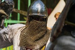 Портрет рыцаря во время поединка стоковые изображения