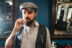 Портрет самоуверенный курить человека крытый Стоковое Изображение RF