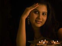 Портрет света горящей свечи индийской дамы Стоковые Фото