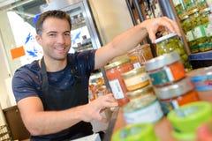 Портрет связывая молодого продавца на магазине Стоковое Фото