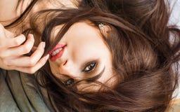 Портрет сексуальной девушки фотомодели внутри помещения Большие губы закрывают вверх Женщина брюнет красоты с привлекательными ба Стоковое фото RF
