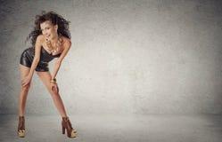 Портрет сексуального красивого платья моды черноты молодой женщины вкратце Стоковая Фотография