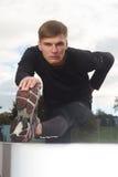 Портрет сексуального человека мышцы представляя на стадионе Стоковые Фото
