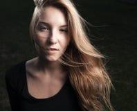 Портрет сексуальной блондинкы на ноче стоковое фото
