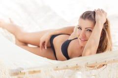 Портрет сексуальной девушки в бикини лежа на гамаке Стоковые Изображения RF